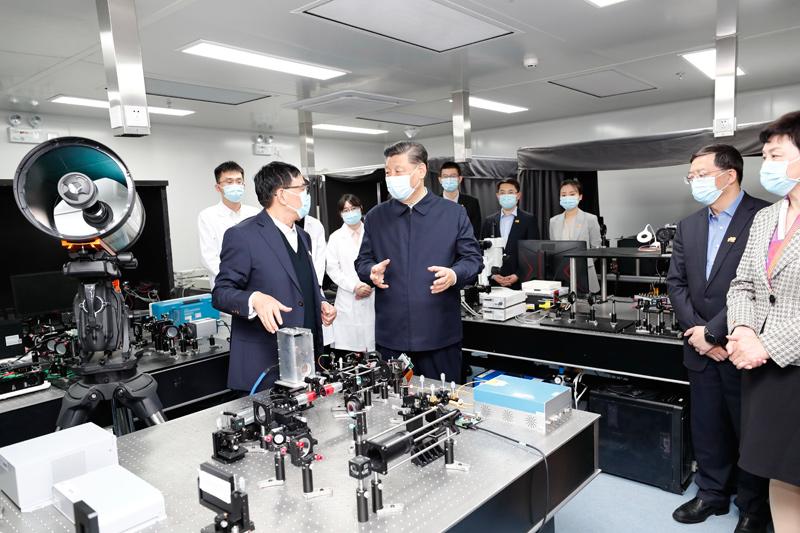 习近平在清华大学考察 戴琼海参事在成像与智能技术实验室负责讲解-20210419